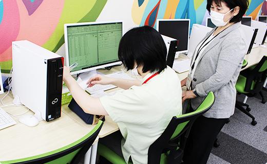 福岡の就労支援A型事業所エルベスト(elbest)での執務中の風景