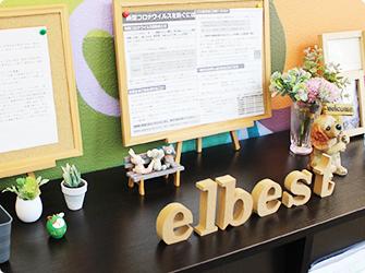 福岡の就労支援A型事業所エルベスト(elbest)の玄関の小物たち