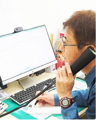 福岡の就労支援A型事業所エルベスト(elbest)の電話中のスタッフ